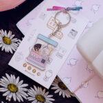 fondo negro con flores margarita zapato flat rosa y polaroid