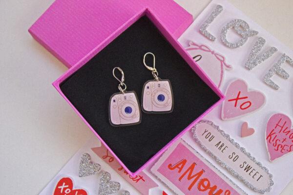 fondo blanco stickers san valentin caja rosa con un par de aretes acrilico polaroid rosa