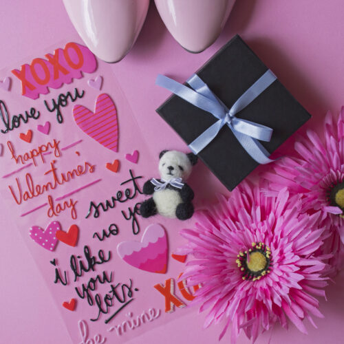 fondo rosa girasoles rosa panda sonriente caja negra lazo azul sticker san valentin