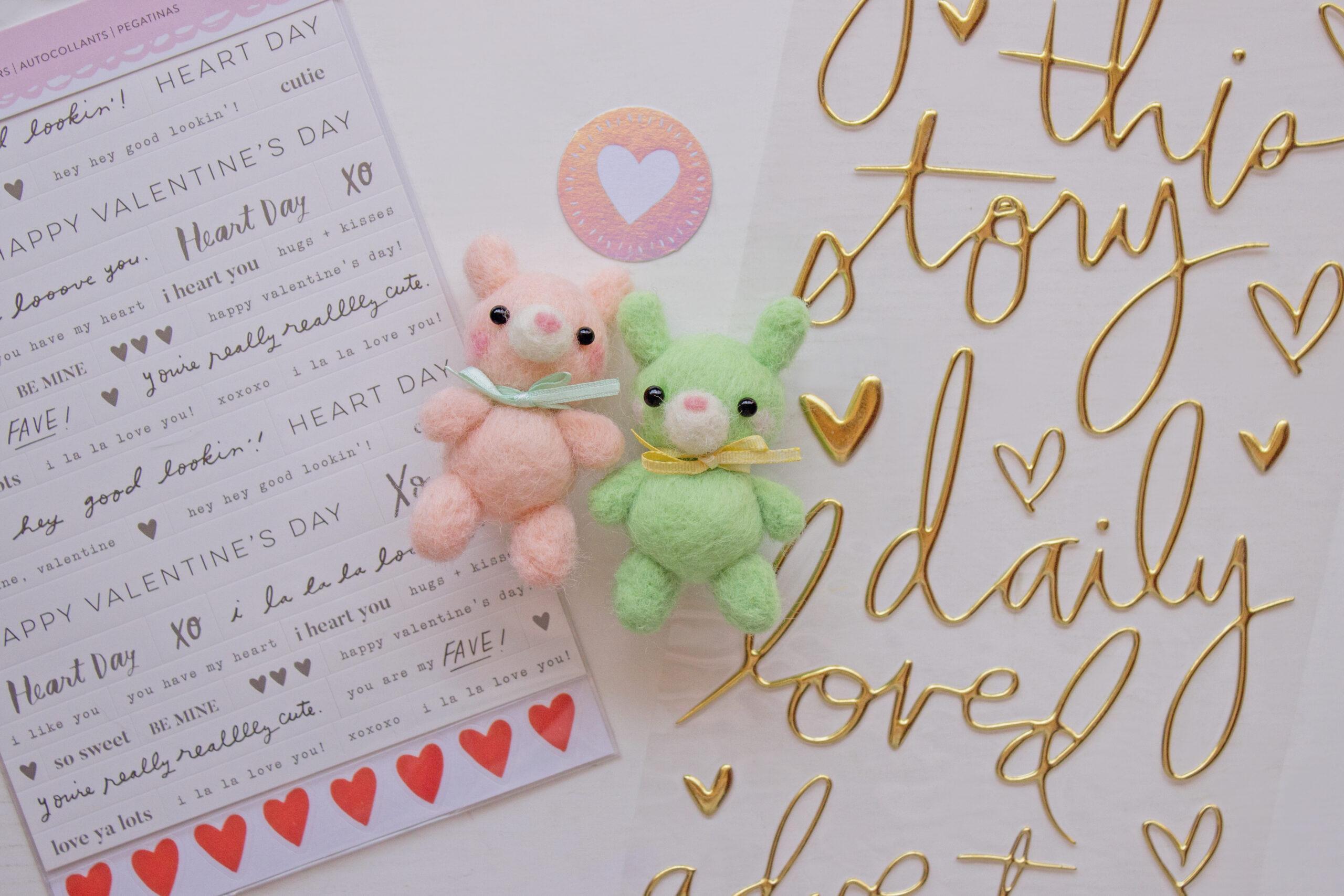 set stickers de fondo y dos conejos needle felting hechos a mano color durazno y verde