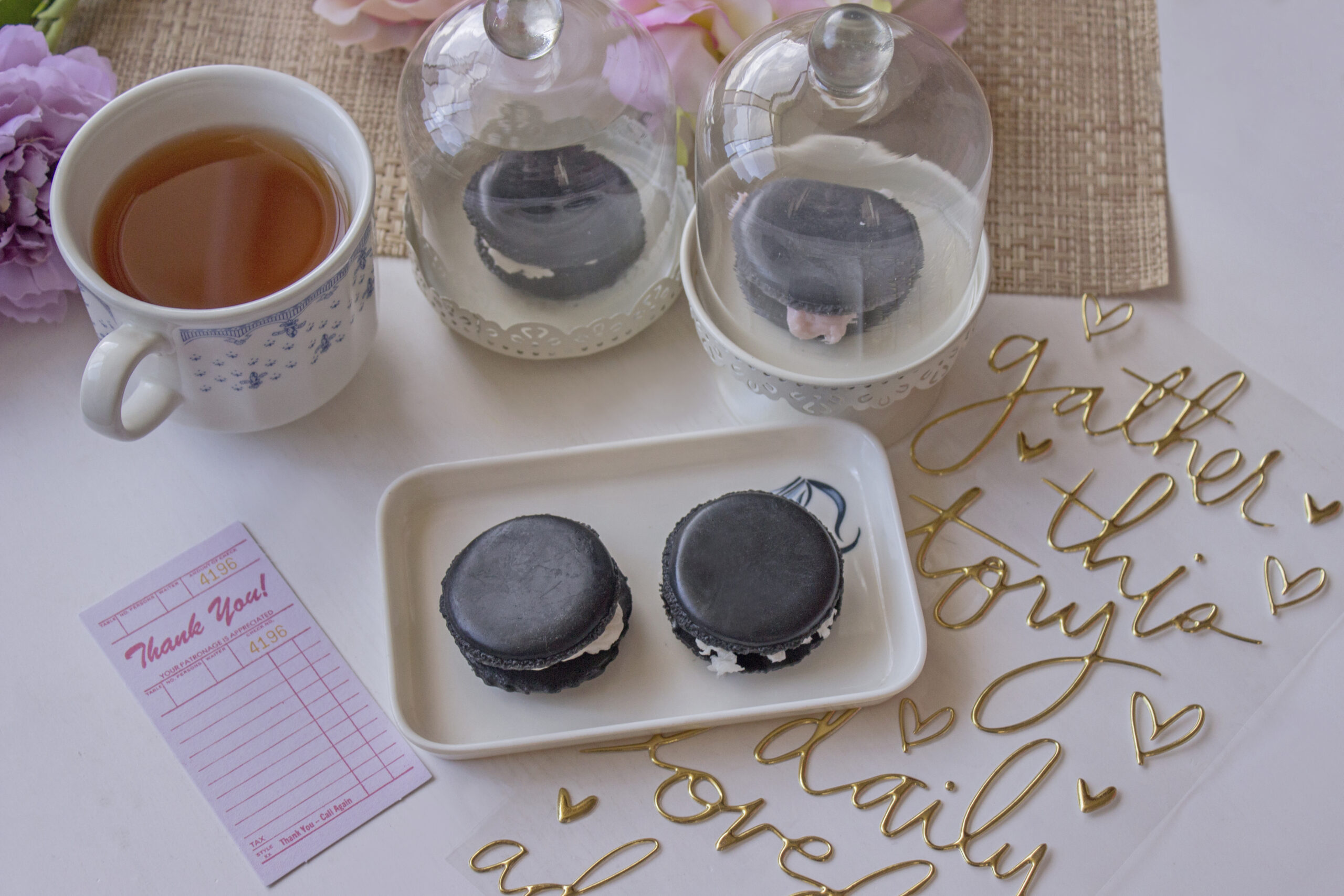 taza de te con macarones de jabon de carbon activado
