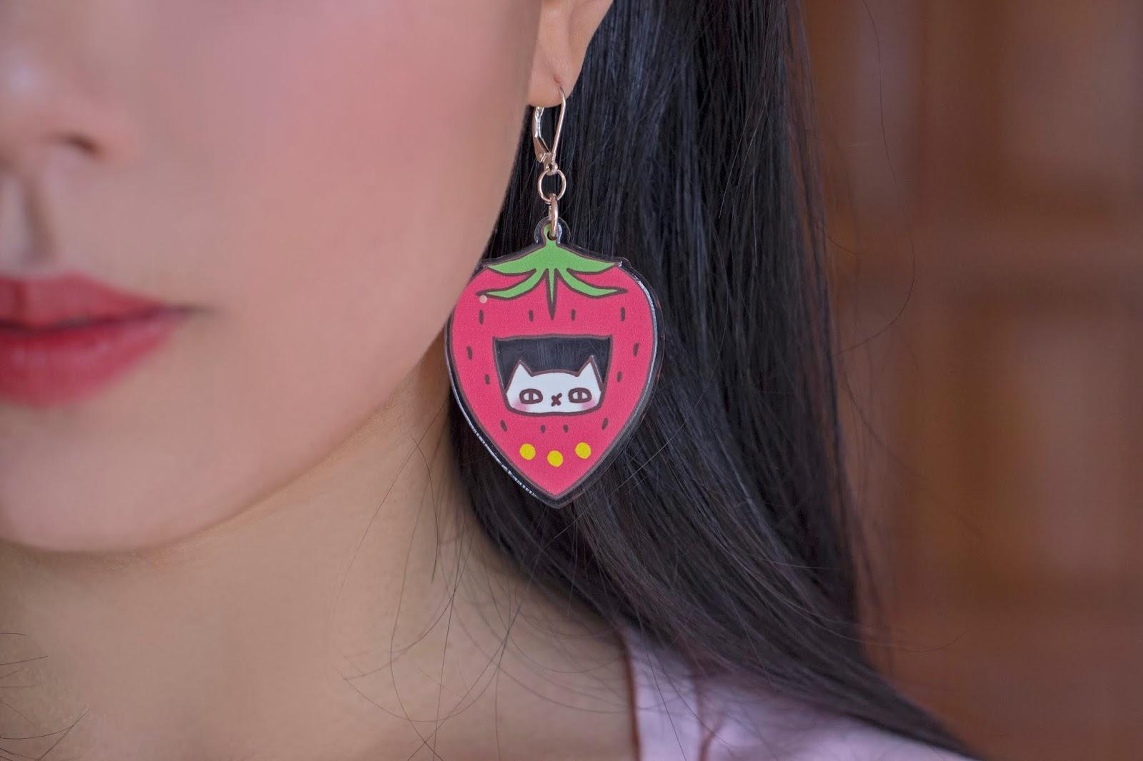 detalle arete acrilico gato tamagochi fresa
