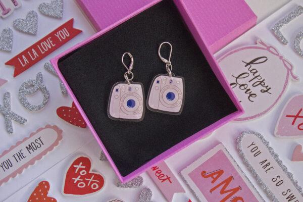 fondo stickers san valentin caja rosa con un par de aretes acrilico polaroid rosa