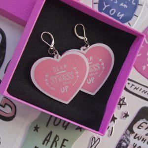 fondo stickers caja de carton rosada con un par de artes con forma de corazon dear stress lets break up