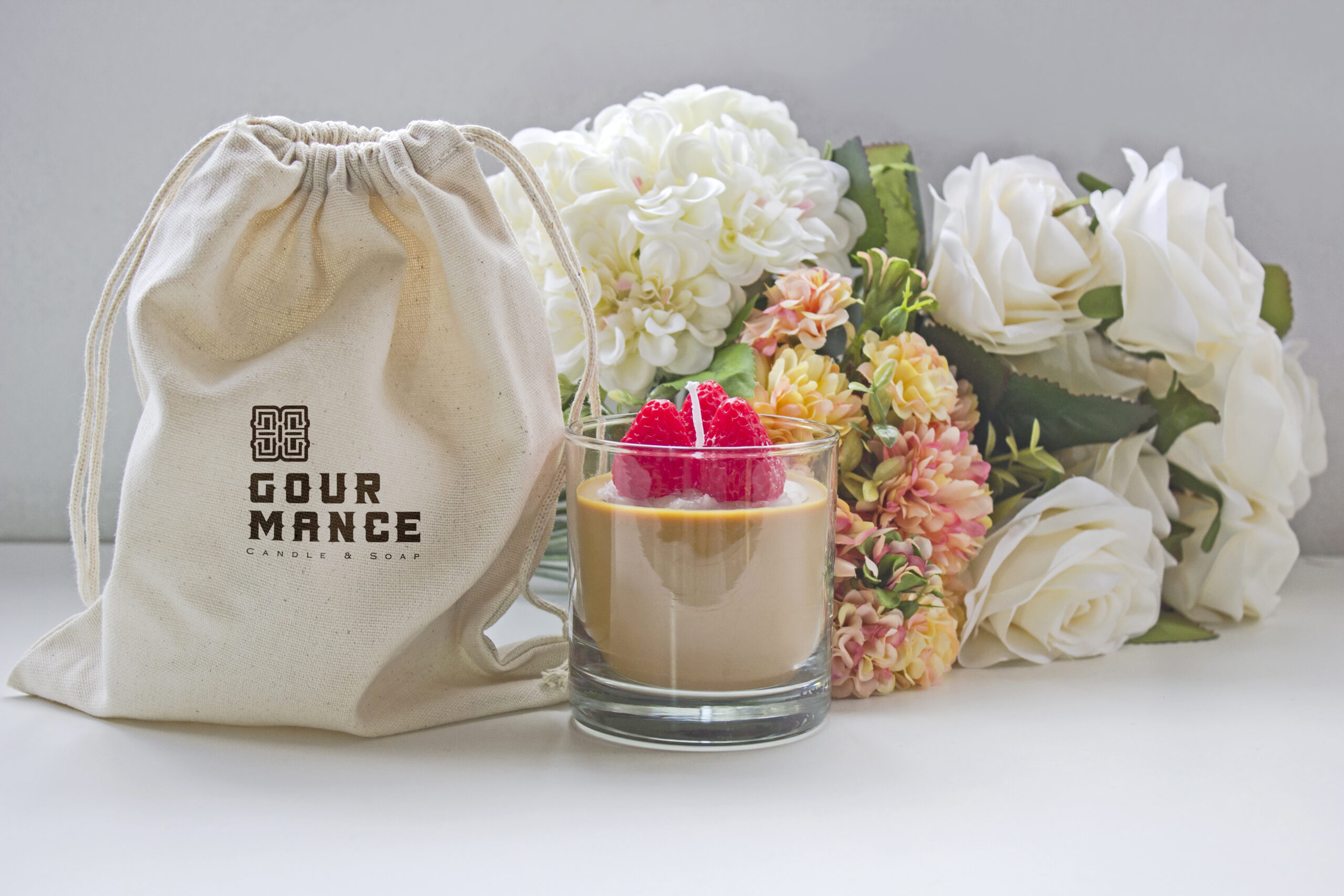 bolsa lienzo serigrafiada con logo gourmance y vela chocolate cafe