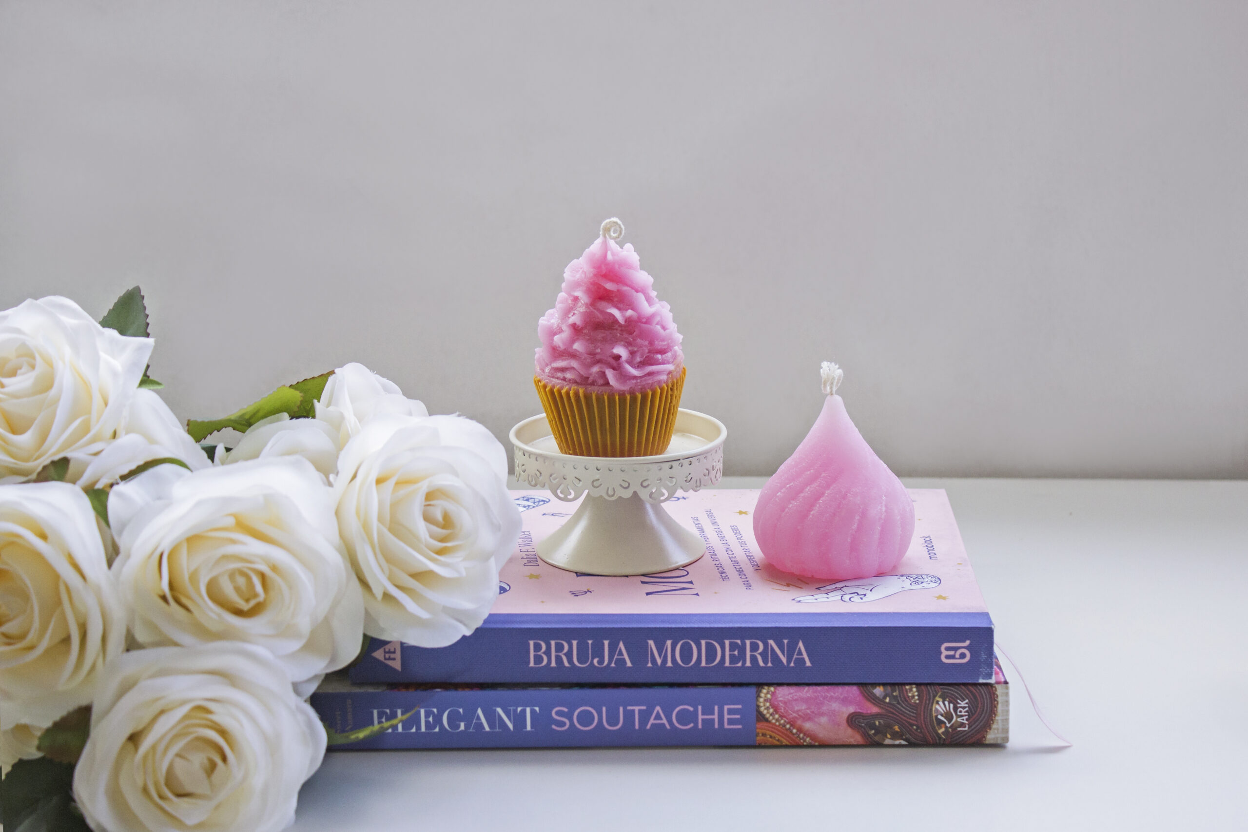 rosas blancas con dos libros y dos velas cupcake y kiss