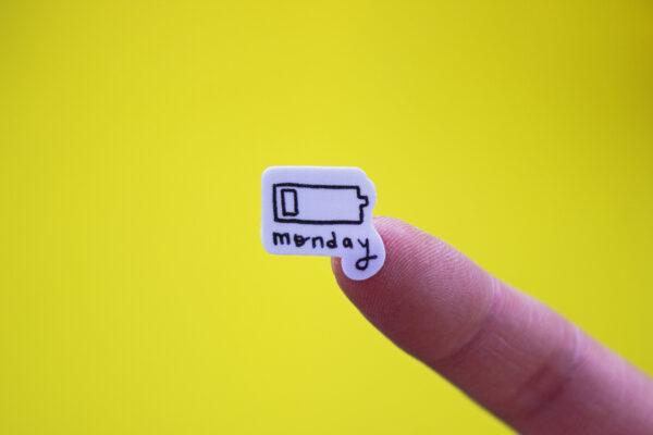 fondo amarillo sticker bateria monday