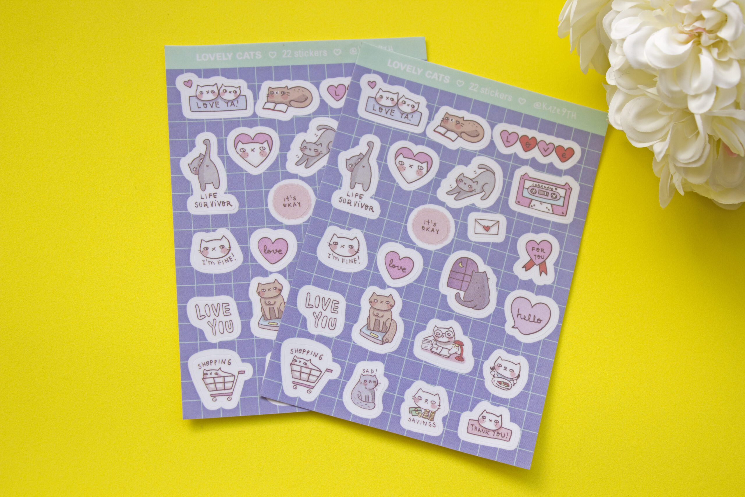 fondo amarillo stickers lovely cats dos unidades flor blanca